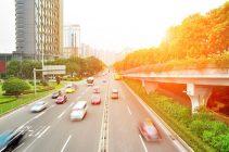 Carretera de ciudad con coches circulando a bastante velocidad