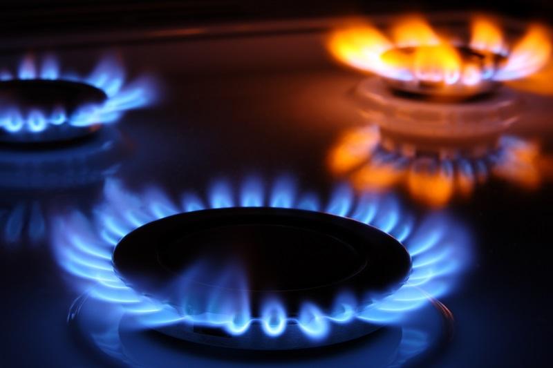 fogones de gas natural, uno de ellos funcionando