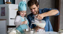 Padre e hija cocinando en la cocina un bizcocho