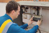Operario tomando la lectura del contador de gas natural