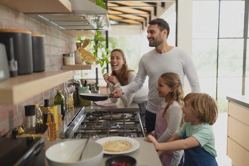 Familia cocinando con gas natural