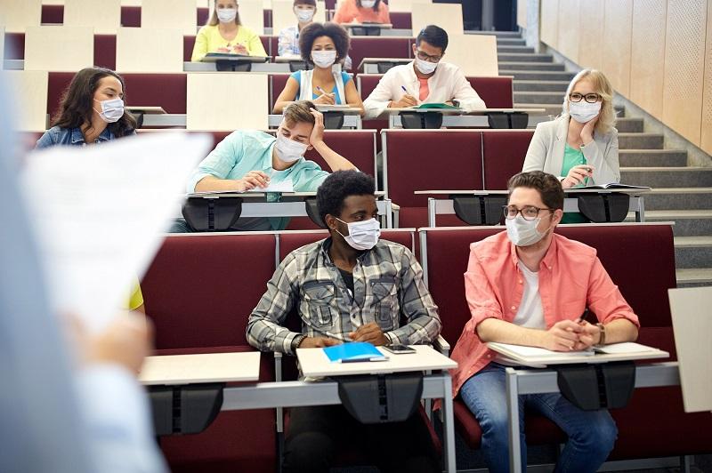 Estudiantes con mascarilla en un centro educativo con gas natural