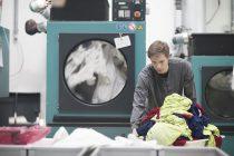 Chico trabajando en una lavandería con gas natural