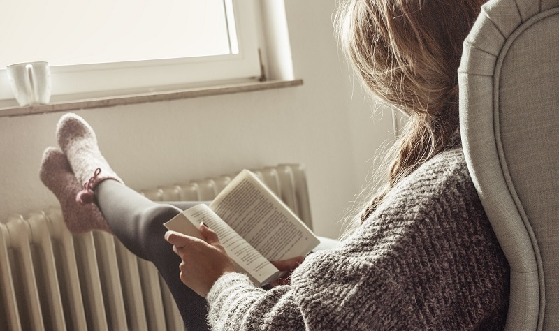 chica leyendo confortable con gas natural