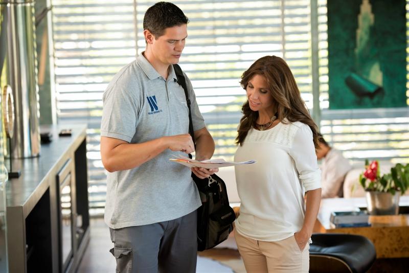 Técnico de Nedgia habla con señora en Inspección periódica