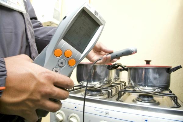 Técnico realizando la Inspección periódica de gas