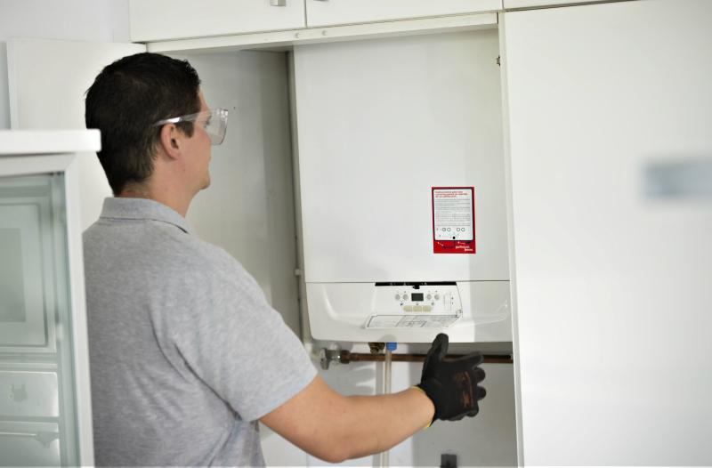 Técnico revisando caldera de gas