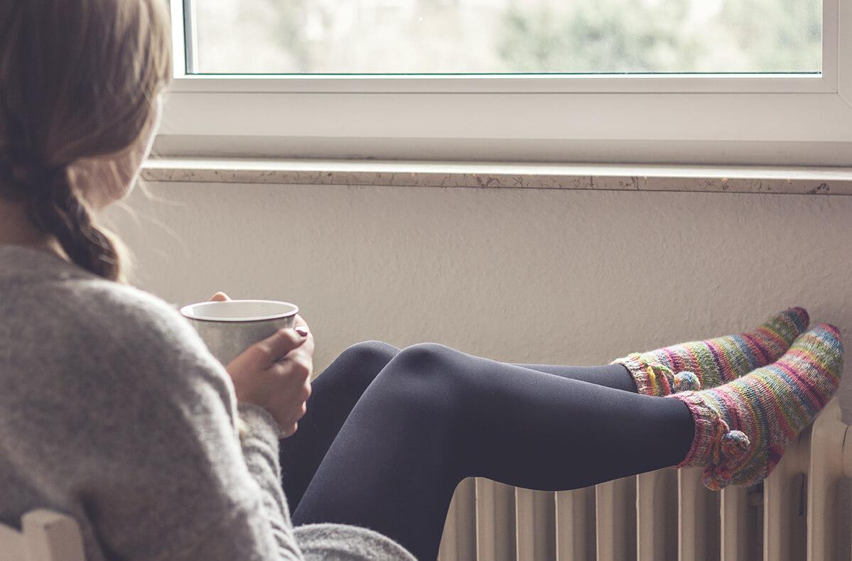 Chica tomando un café - confort en casa