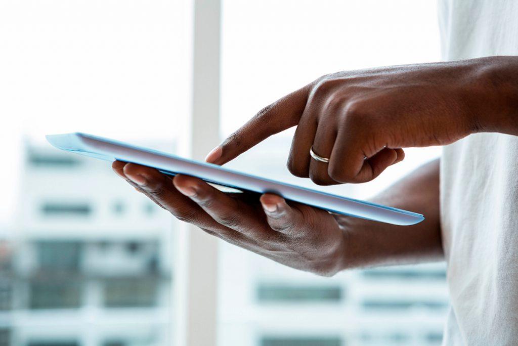 hombre sujetando tablet