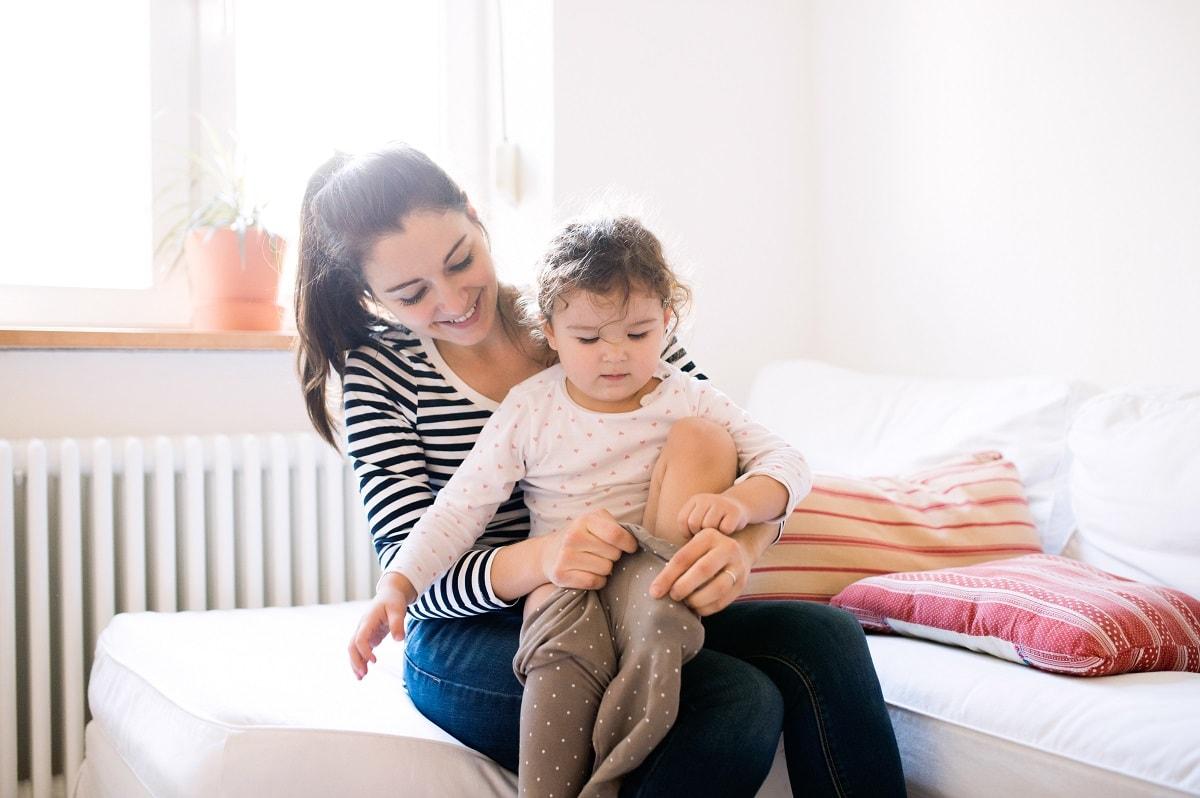Mare i filla davant del radiador, confort gas natural