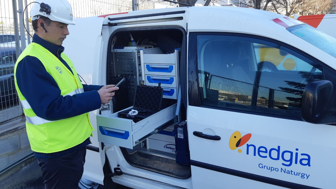Traballador de Nedgia diante de furgoneta