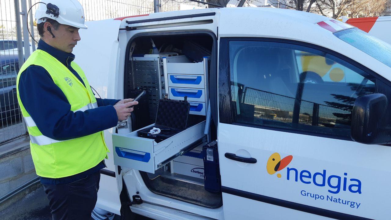 Trabajador de Nedgia delante de furgoneta