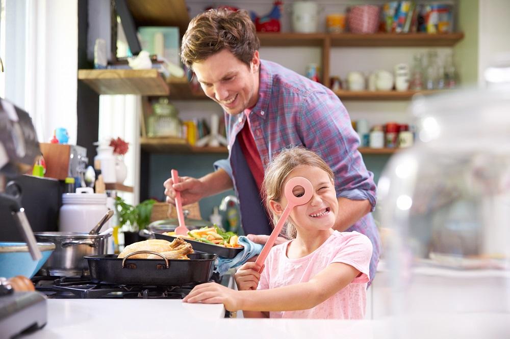 Pai e filla cociñan xuntos con gas natural