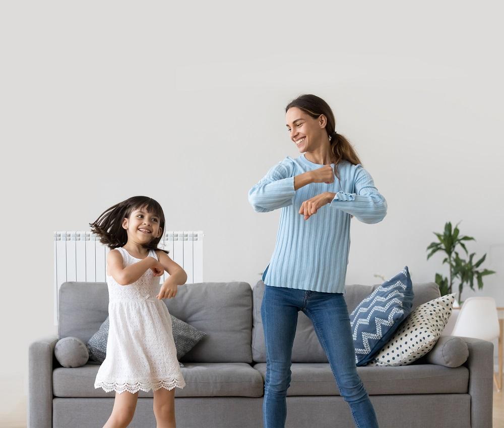 Nai e filla bailando co confort dun fogar con gas natural