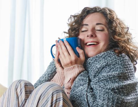 Contratar gas natural - Chica con taza de café